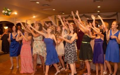 bridal-bouquet-toss-females