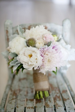 wedding-bouquet-ideas-stems-wrapped-in-burlap